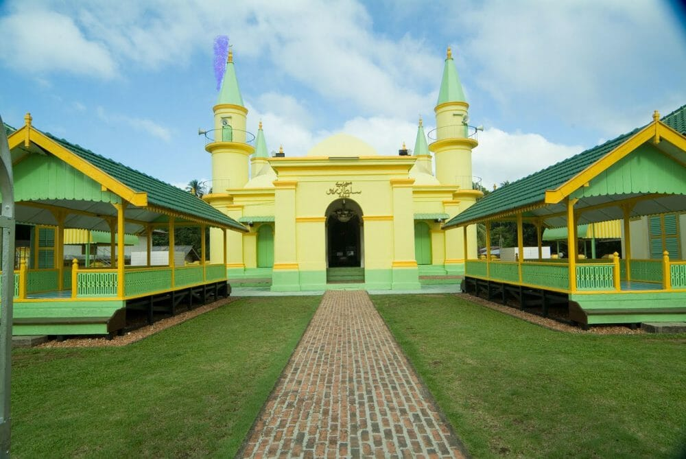top things to do in batam Yellow Mosque