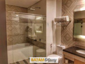 Batam Nagoya Hill Hotel Review Deluxe Room Toilet